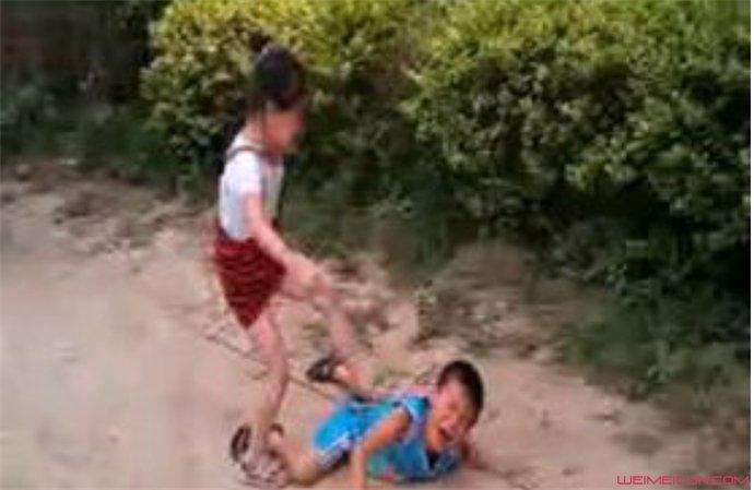 史上最牛小孩街舞_史上最牛小孩打架 穿短裙女孩直接把男孩打趴在地