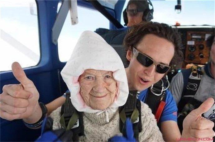 奶奶玩跳伞